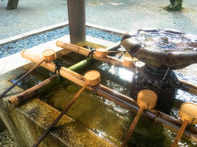 参拝前に手水舎で浄化