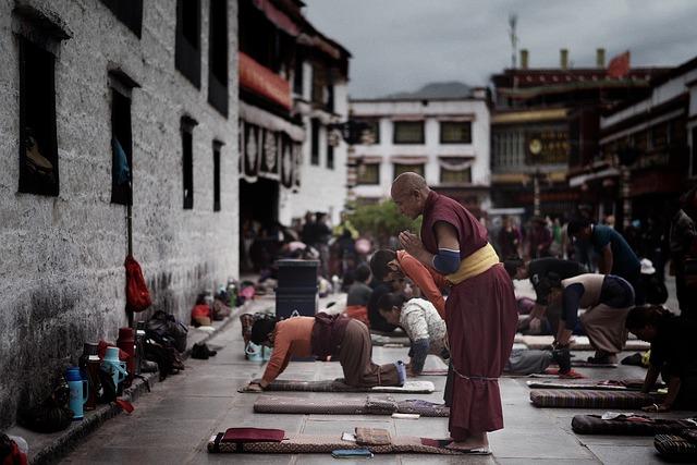 祈りを捧げるチベット仏教徒